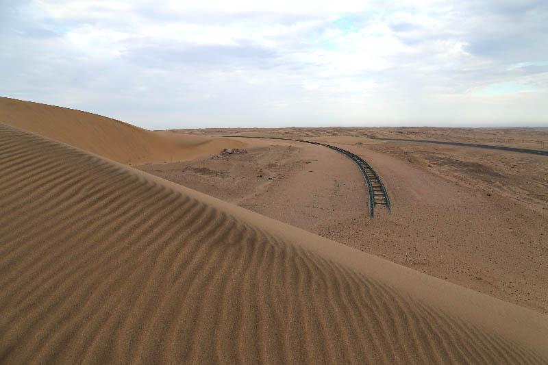 砂に埋もれた線路